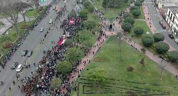 600 peruanos en marcha contra Vizcarra: 300 son policías, 50 periodistas y 200 ambulantes